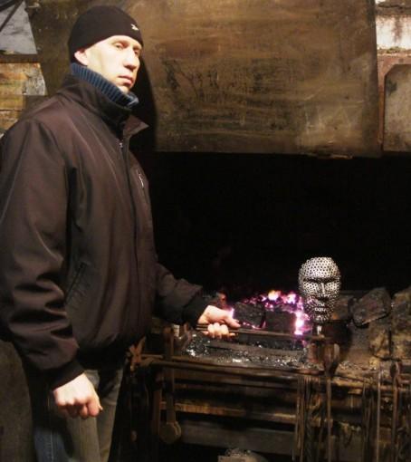 Кузнец из Мариуполя Владимир Вихренко для кованого Кузнеца смастерил маску из гаек