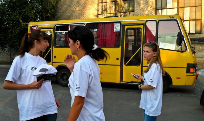 """Волонтёры на фоне """"индустриального"""" автобуса"""
