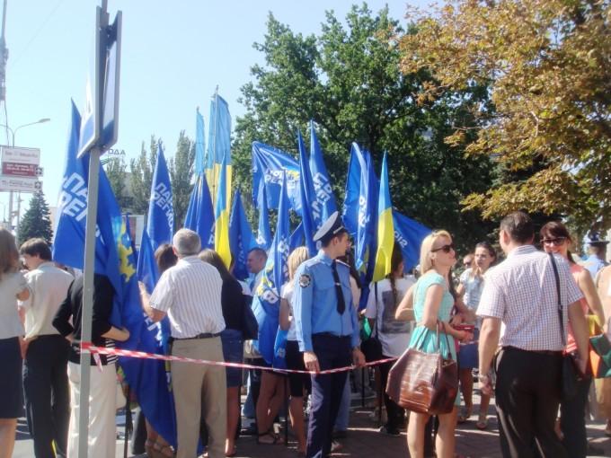 Огромная толпа людей в парадной форме и молодежь с флагами «Партии регионов» возле драмтеатра – все ждут президента.