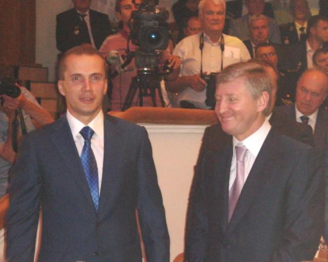 Гарант приехал в Донецк со своим сыном. В театр они явились в окружении городских и областных властей и Рината Ахметова.