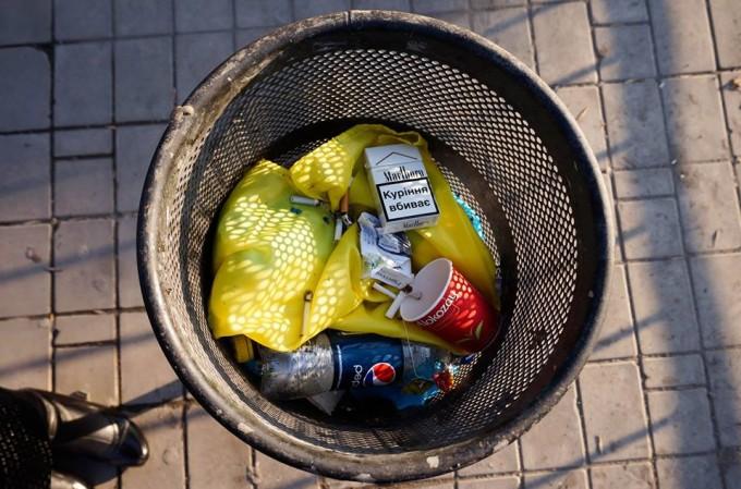 украинский флаг в мусорнике