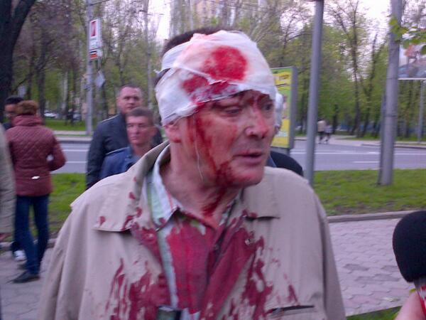 сепаратисты напали на сторонников единой Украины в Донецке