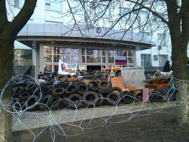 Дорогу по улице Щорса на подъезде к Управлению СБУ в Донецкой области блокировали захватчики здания.